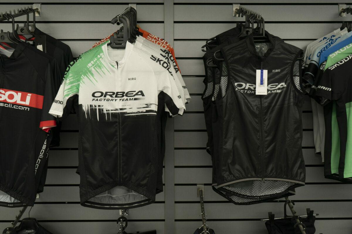 ¡Ya han llegado los nuevos maillots de Hiru de Orbea!